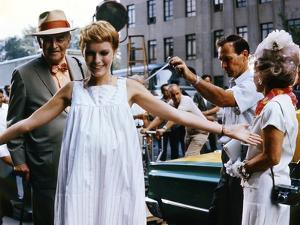 ROSEMARY'S BABY, 1968 directed by ROMAN POLANSKI On the set, Mia Farrow between Sidney Blackmer and