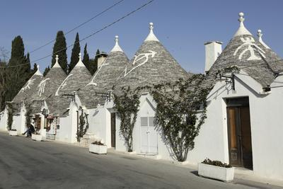 https://imgc.allpostersimages.com/img/posters/row-of-18th-century-trulli-houses-in-the-rione-monte-district-alberobello-apulia-italy_u-L-PWFDX70.jpg?artPerspective=n