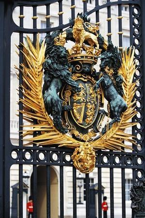 https://imgc.allpostersimages.com/img/posters/royal-coat-of-arms-gate-to-buckingham-palace_u-L-PP9YCO0.jpg?p=0