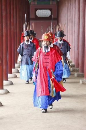 https://imgc.allpostersimages.com/img/posters/royal-guards-changing-ceremony-changdeokgung-palace-seoul-south-korea_u-L-Q1GYJDI0.jpg?artPerspective=n