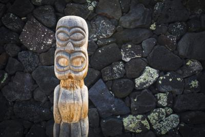 Tiki at Pu'uhonua O Honaunau National Historic Park, City of Refuge, Kona Coast, Hawaii, USA by Russ Bishop