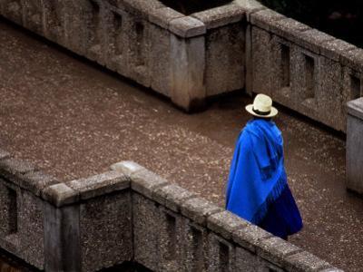 Ecuador, Lady Crossing Bridge