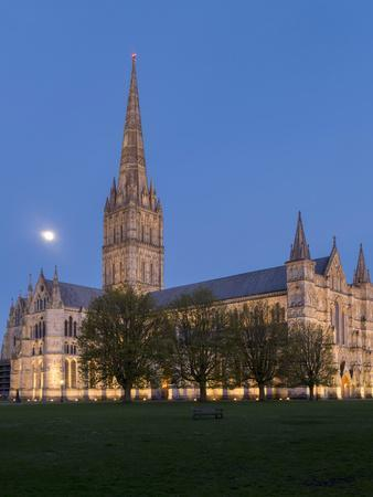 https://imgc.allpostersimages.com/img/posters/salisbury-cathedral-at-dusk-with-moon_u-L-Q1AVFLE0.jpg?p=0