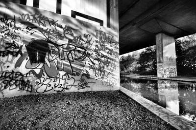 Amazing Light Bouncing Off Water Creating This Interesting Graffiti Shot