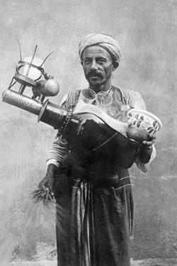 Ägyptischer Bierverkäufer in Kairo, 1928 by Scherl