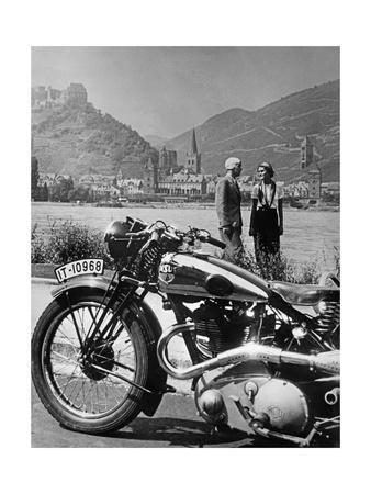 Ausflug mit dem Motorrad am Rhein, 1936