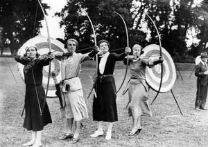 Bogenschützinnen beim Training im Ranelagh Club in London, 1933 by Scherl