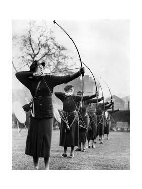 Bogenschützinnen während eines Wettkamps in London, 1938 by Scherl