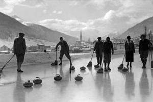 Curling in Davos, 1920er Jahre by Scherl