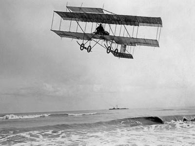 Der belgische Pilot Charles van den Born in einem Flugzeug von Farman, 1910