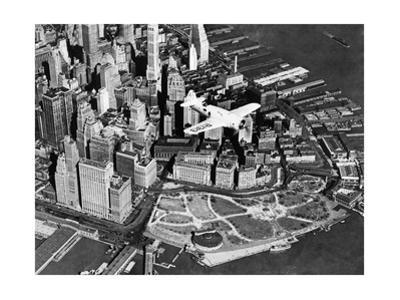 Der Pilot Frank Hawks in seinem neuen Sportflugzeug über New York City, 1937 by Scherl
