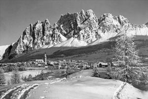 Die Kleinstadt Cortina d'Ampezzo in den Südalpen, 1930er Jahre by Scherl