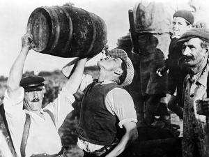 Ein Mann trinkt Wein während der Weinernte in Frankreich, 1940 by Scherl