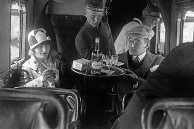 Ein Steward der Lufthansa mit Passagieren, 1926