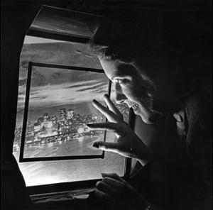Eine Stewardess blickt aus dem Kabinenfenster eines Flugzeuges, 1938 by Scherl