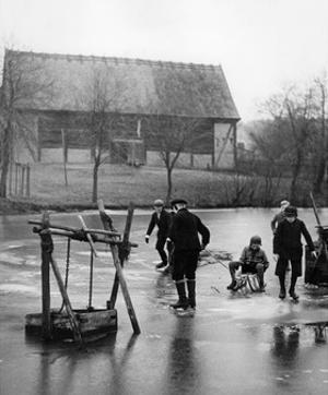 Eislaufen im Spreewald, 1937 by Scherl