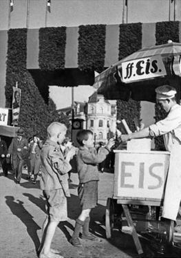 Eisverkauf vor einem der Eingangstore zum Oktoberfest, um 1935 by Scherl