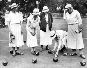 Englische Frauen spielen Bowls in London, 1936 by Scherl