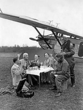 Flugpassagiere während einer Rast neben dem Flugzeug, 1930 by Scherl