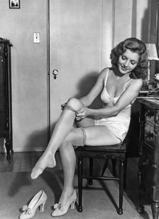 Frau beim Ankleiden, 1933