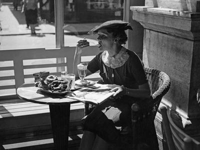 Frau in einem Cafe in Wien, 1930er Jahre