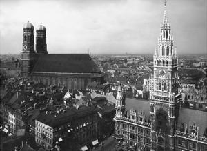 Frauenkirche und Neues Rathaus in München by Scherl