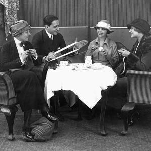 Gäste des Grand Hotels Esplanade beim 5-Uhr-Tee, 1921 by Scherl