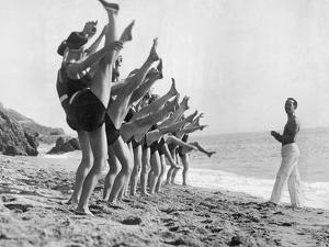 Gymnastik am Strand, 1926 by Scherl
