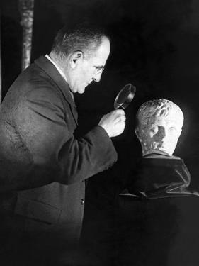 Inspektion einer Skulptur von Kaiser Augustus in New York, 1925 by Scherl