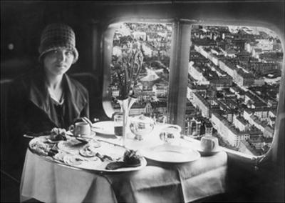 Junge Frau beim Frühstück an Bord eines Flugzeuges, 1928 by Scherl