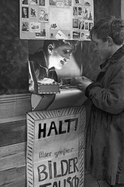 Jungen in ihrer selbstgebauten Tauschbude für Sammelbilder, 1933 by Scherl