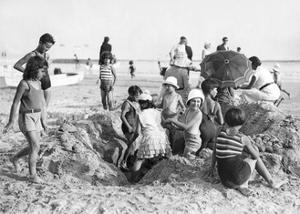 Kinder am Strand von La Baule in Frankreich, 1932 by Scherl