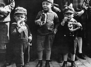 Kinder essen Brezeln, 1932 by Scherl
