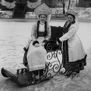 Kostümfest in Sankt Petersburg by Scherl