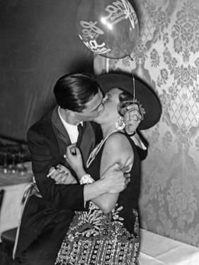 Küssendes Paar auf dem Reimannball im Berliner Zoo, 1929 by Scherl