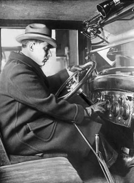 Mann am Steuer eines Chevrolet Sedan, 1925 by Scherl
