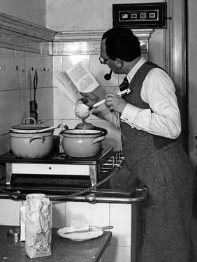 Mann beim Kochen, 1936 by Scherl