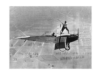 Mann spielt Golf auf einem Flugzeug, 1925