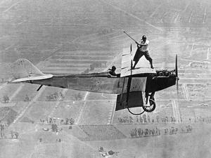 Mann spielt Golf auf einem Flugzeug, 1925 by Scherl