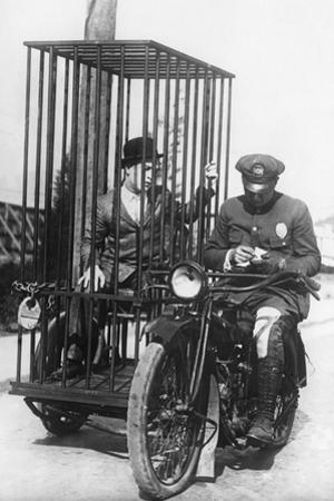 Polizist mit einem Motorrad für den Gefangenentransport, 1924 by Scherl