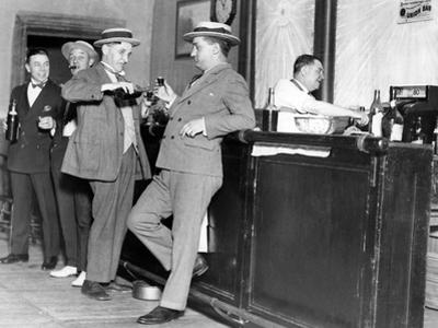 Prohibition: Trinkende Männer in den USA by Scherl