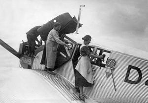 Reinigung und Wartung einer Maschine der Lufthansa, 1926 by Scherl