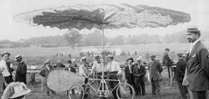 """Rickman präsentiert seinen """"Schraubenflieger"""" in den USA, 1909 by Scherl"""