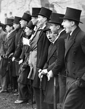 Schüler der Privatschule Westminster als Zuschauer eines Fußballspiels in London, 1931 by Scherl