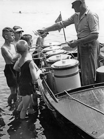 Schwimmender Eisverkäufer auf dem Langen See bei Berlin, 1930er Jahre