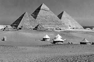 Zelte vor den Pyramiden von Gizeh, 1936 by Scherl