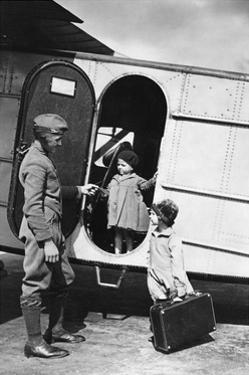 Zwei Kinder an einem Flugzeug der Lufthansa, 1928 by Scherl