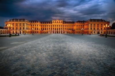 https://imgc.allpostersimages.com/img/posters/schonbrunn-palace-at-night-vienna-austria_u-L-Q1ASHTZ0.jpg?p=0