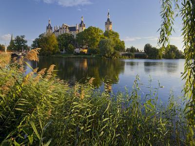 https://imgc.allpostersimages.com/img/posters/schwerin-castle-island-schwerin-capital-innensee-mecklenburg-western-pomerania-germany_u-L-Q11YPSR0.jpg?p=0