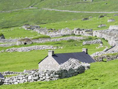 https://imgc.allpostersimages.com/img/posters/scotland-st-kilda-islands-hirta-island-abandoned-settlement_u-L-PU3GBH0.jpg?p=0